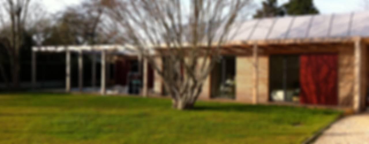 Maison bioclimatique de plain pied Maisons modernes par Atelier d'Architecture Marc Lafagne, architecte dplg Moderne