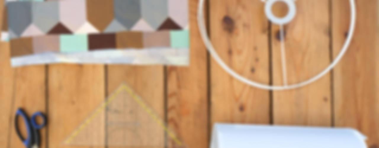 Eine neue Lampe fürs Schlafzimmer: modern  von LYBSTES.,Modern