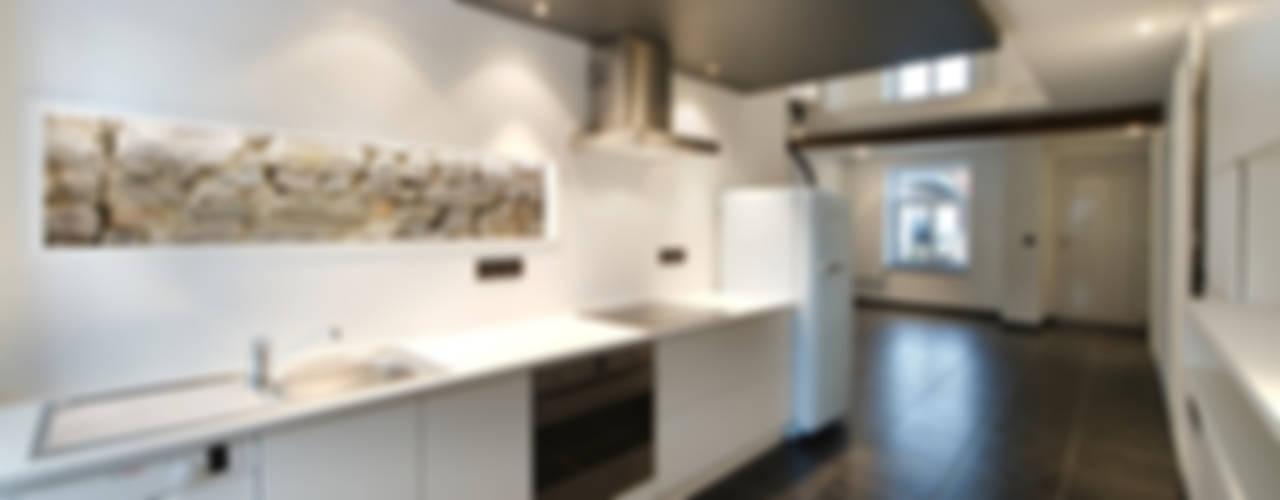 Profondeville: Cuisine de style de style Moderne par architecte jean-marc beckers Sprl