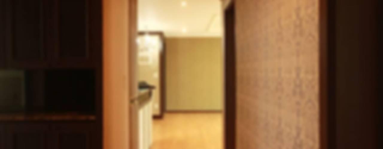 Pasillos, vestíbulos y escaleras modernos de 디자인스튜디오 레브 Moderno