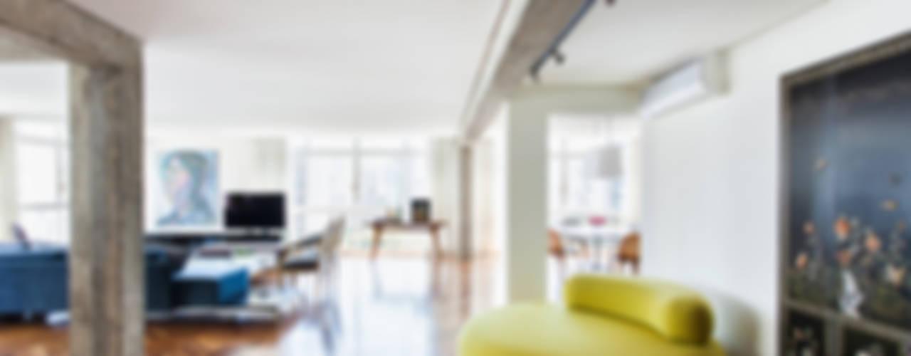 Minimalist living room by RSRG Arquitetos Minimalist