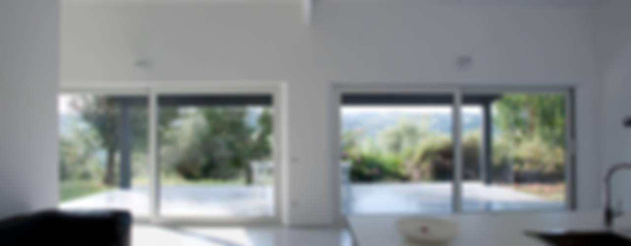 Casa in legno Alma Negra: Soggiorno in stile  di Progettolegno srl