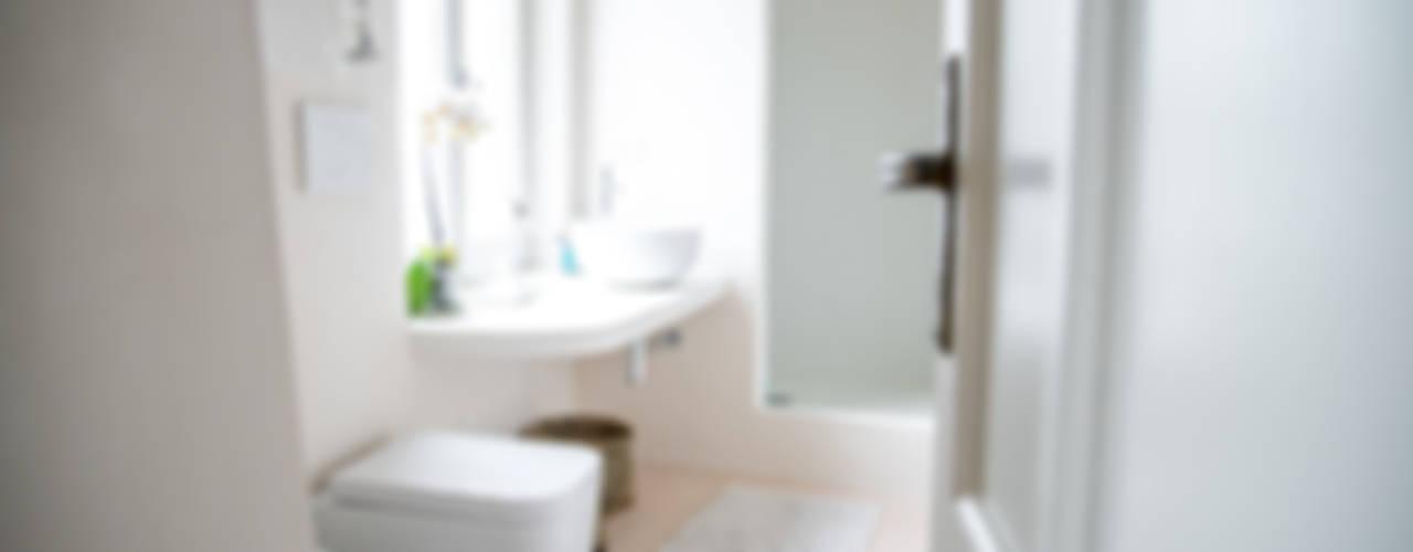 Mediterranean style bathroom by con3studio Mediterranean