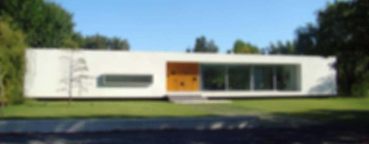 Casas estilo moderno: ideas, arquitectura e imágenes de MENEGHETTI ARQUITECTOS Moderno