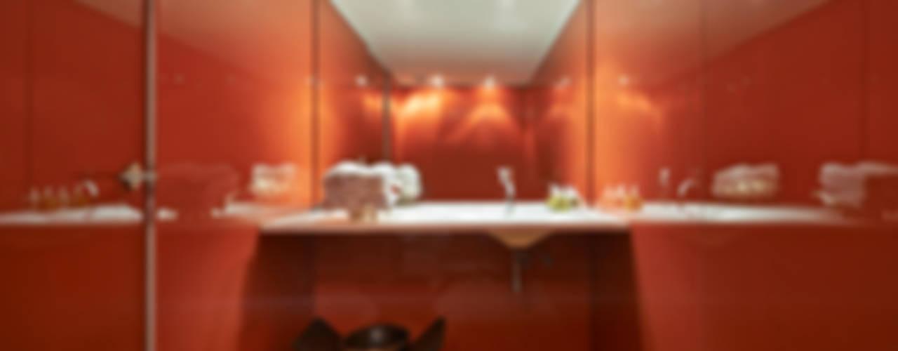 Minimalist style bathroom by Piratininga Arquitetos Associados Minimalist
