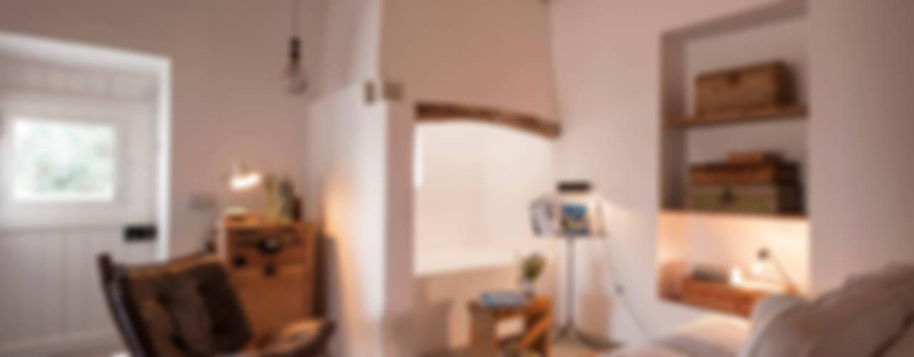 Soggiorno in stile mediterraneo di atelier Rua - Arquitectos Mediterraneo