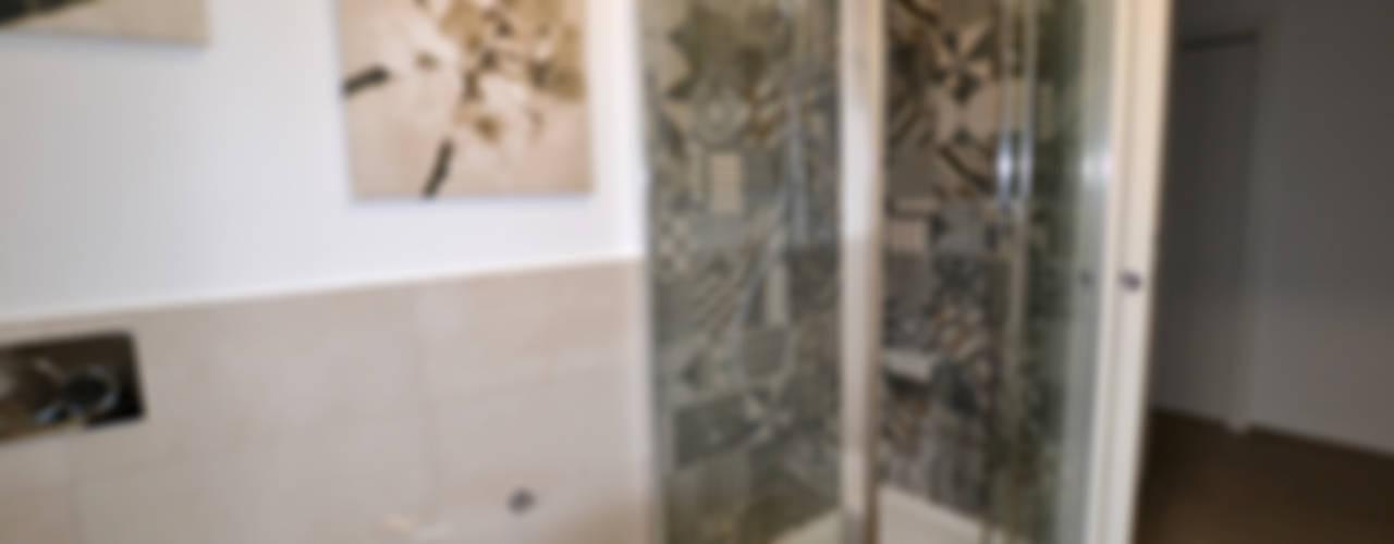 un appartamento per 3! Bagno moderno di ARCHITETTO LAURA LISBO Moderno