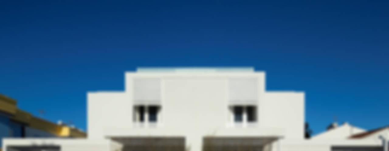 Moradias Manta Rota: Casas  por Posto9 Arquitectos,