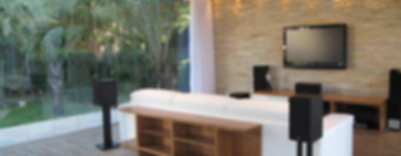 Salas multimedia de estilo  por Escritório Ana Meirelles