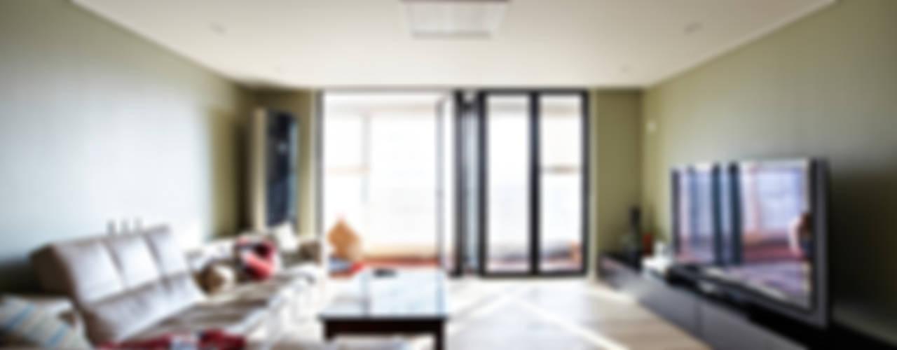 Soggiorno moderno di housetherapy Moderno