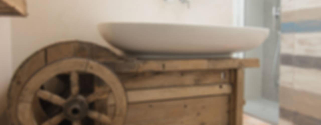 homify 인더스트리얼 욕실 우드 + 플라스틱 멀티 컬러