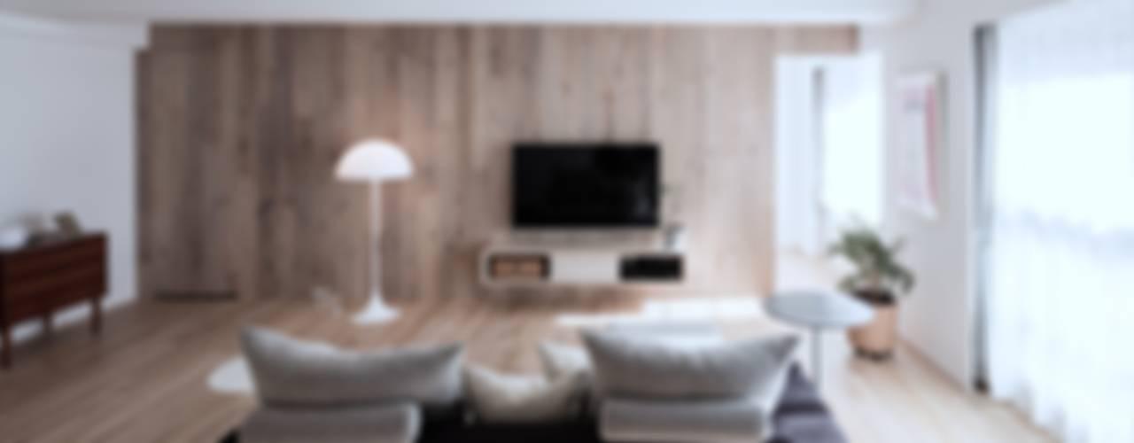 Salones de estilo escandinavo de 一色玲児 建築設計事務所 / ISSHIKI REIJI ARCHITECTS Escandinavo
