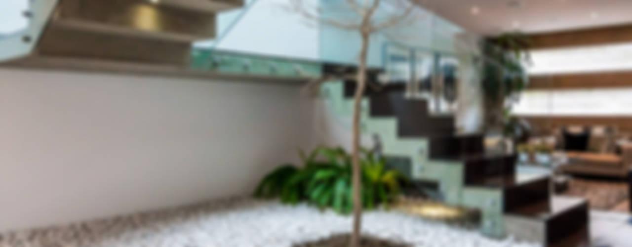 Pasillos, vestíbulos y escaleras modernos de aaestudio Moderno