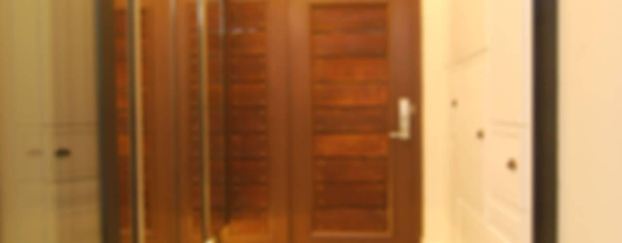 중문은 폴딩으로...: 다한디자인의  복도 & 현관