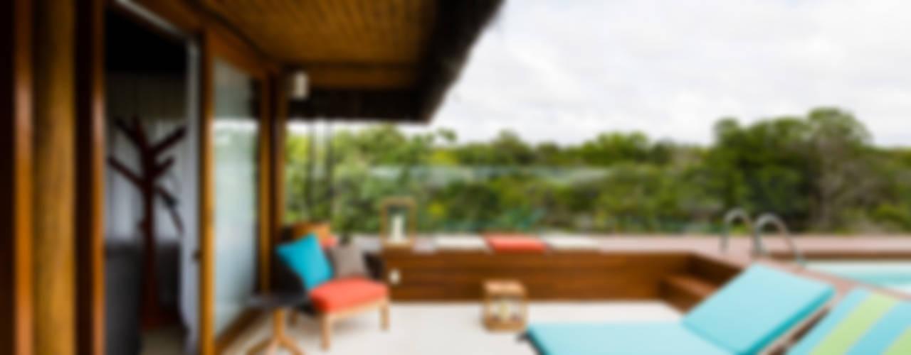 Residência Praia do Forte Varandas, alpendres e terraços tropicais por Antônio Ferreira Junior e Mário Celso Bernardes Tropical