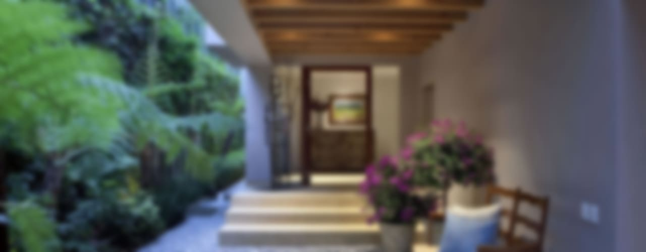Pasillos, vestíbulos y escaleras modernos de MARIANGEL COGHLAN Moderno