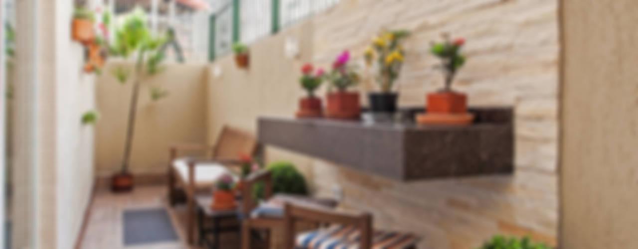 Patrícia Azoni Arquitetura + Arte & Design Tropischer Balkon, Veranda & Terrasse