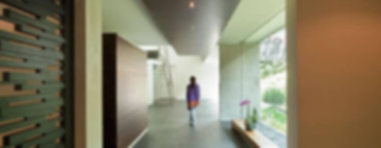 Projekty,  Korytarz, przedpokój zaprojektowane przez grupoarquitectura, Minimalistyczny