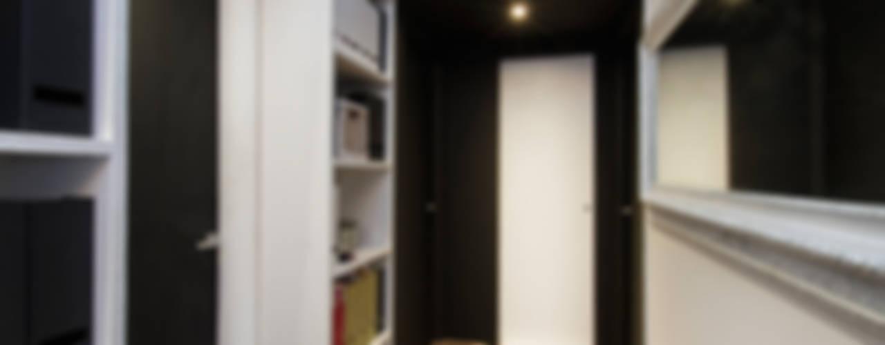 現代風玄關、走廊與階梯 根據 Fabio Carria 現代風