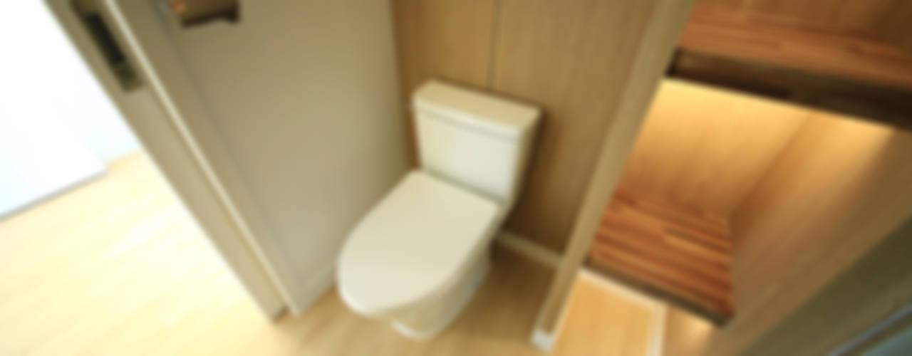 Baños de estilo escandinavo por homify