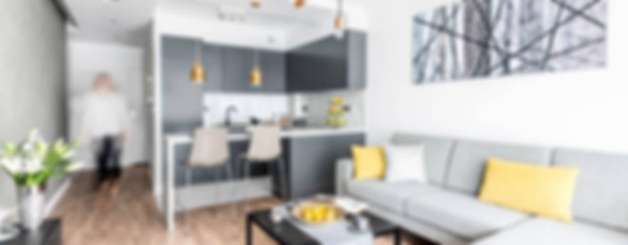 Zaskakujące połączenie stylów : styl , w kategorii Salon zaprojektowany przez Decoroom