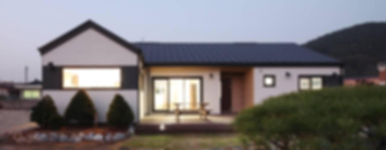 Casas estilo moderno: ideas, arquitectura e imágenes de 윤성하우징 Moderno