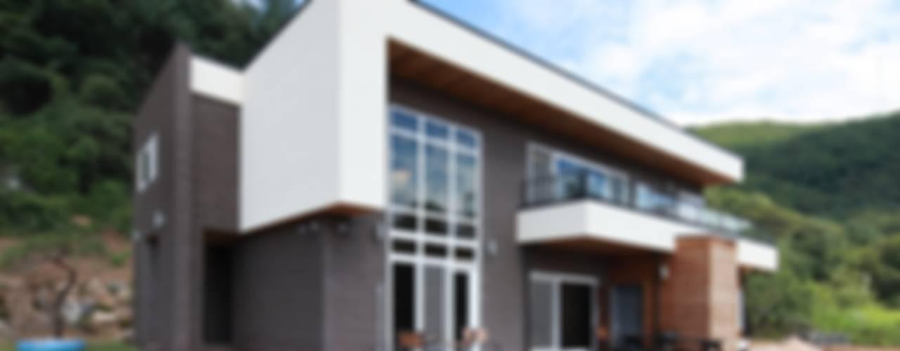 하늘과 직선의 매력이 합해진 집 [양평 명달리]: 윤성하우징의  주택,모던