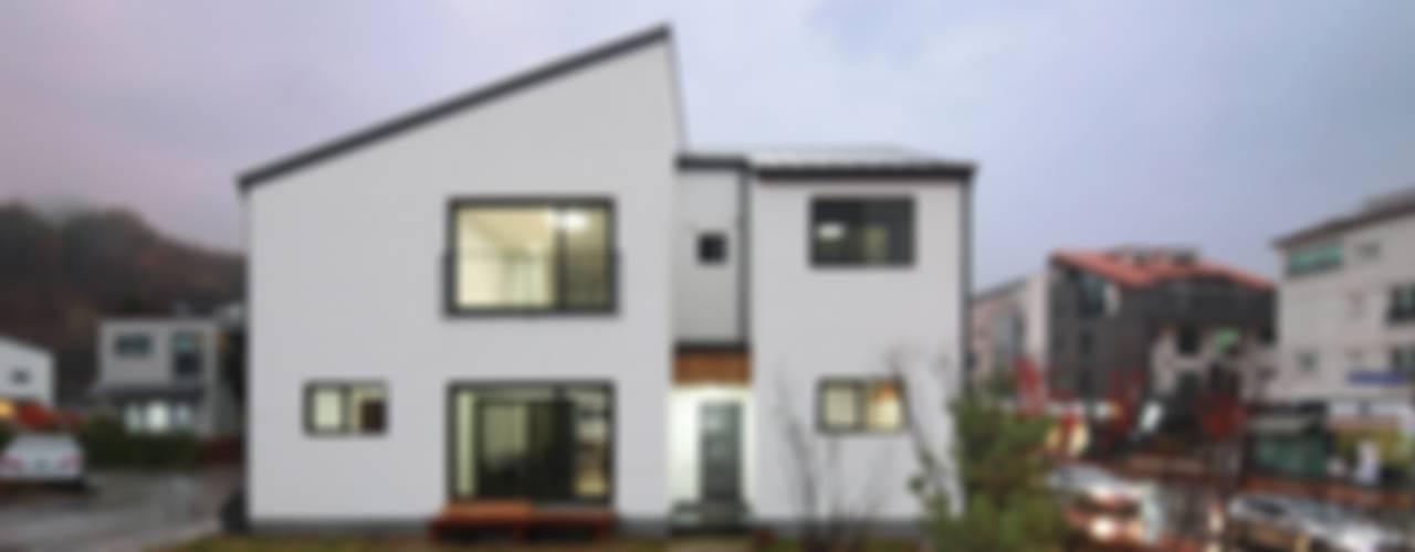 現代房屋設計點子、靈感 & 圖片 根據 윤성하우징 現代風