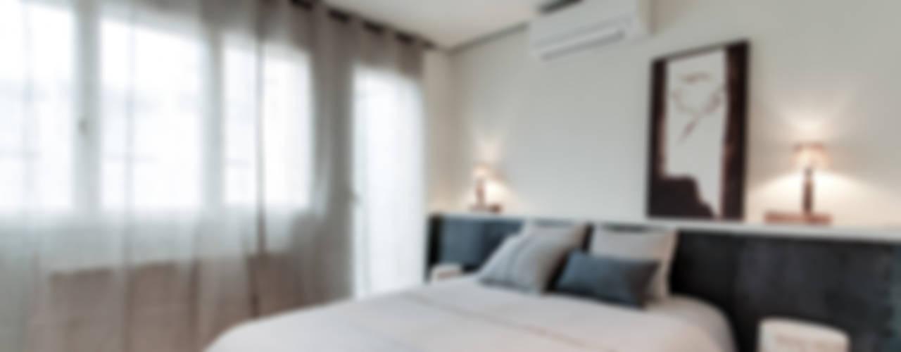 Camera da letto in stile mediterraneo di Lara Pujol   Interiorismo & Proyectos de diseño Mediterraneo
