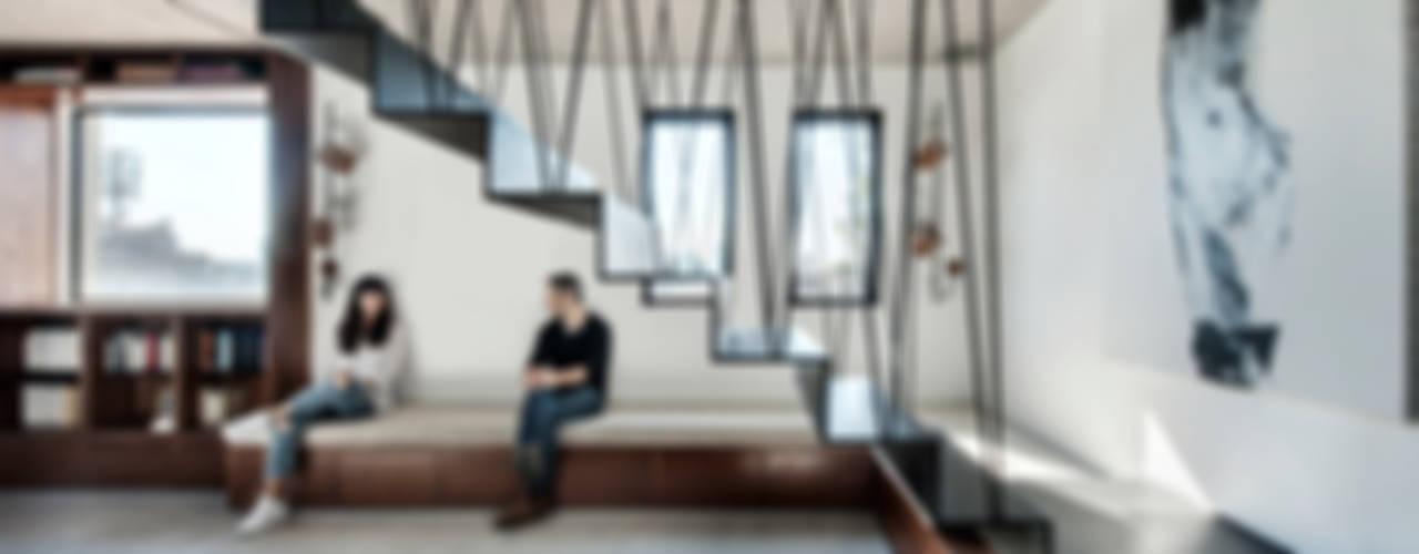 Duplex Penthouse in Tel Aviv Couloir, entrée, escaliers minimalistes par toledano + architects Minimaliste