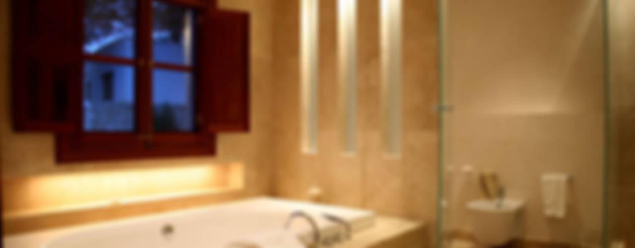 HOUSE in Majorca, Spain aureolighting Baños de estilo moderno