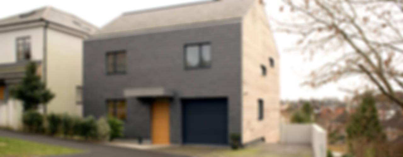 106 Prince Edwards Road Дома в стиле модерн от BBM Sustainable Design Limited Модерн