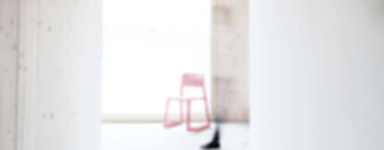 Neubau eines Low-Budget Stadthauses Studio für Architektur Bernd Vordermeier Minimalistischer Flur, Diele & Treppenhaus Holz Weiß