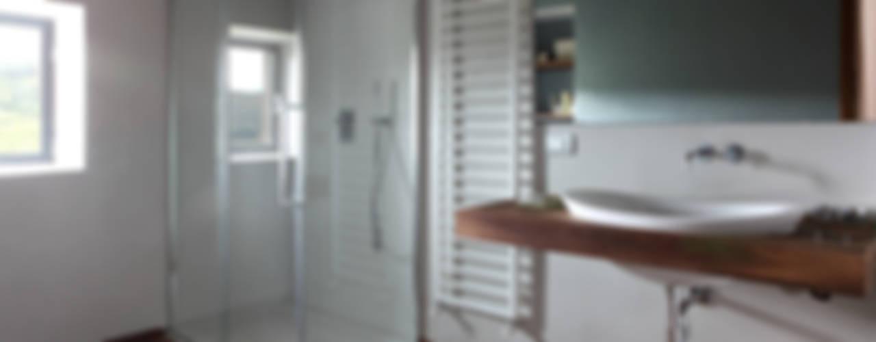 CASA A CAMPIROLI Baños de estilo moderno de Officine Liquide Moderno