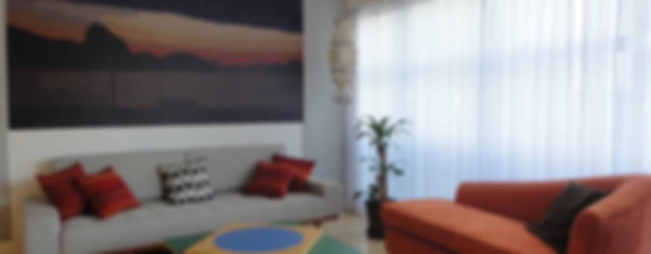 APARTAMENTO EM COPACABANA - CORTE DE CANTAGALO: Salas de estar  por Maria Helena Torres Arquitetura e Design
