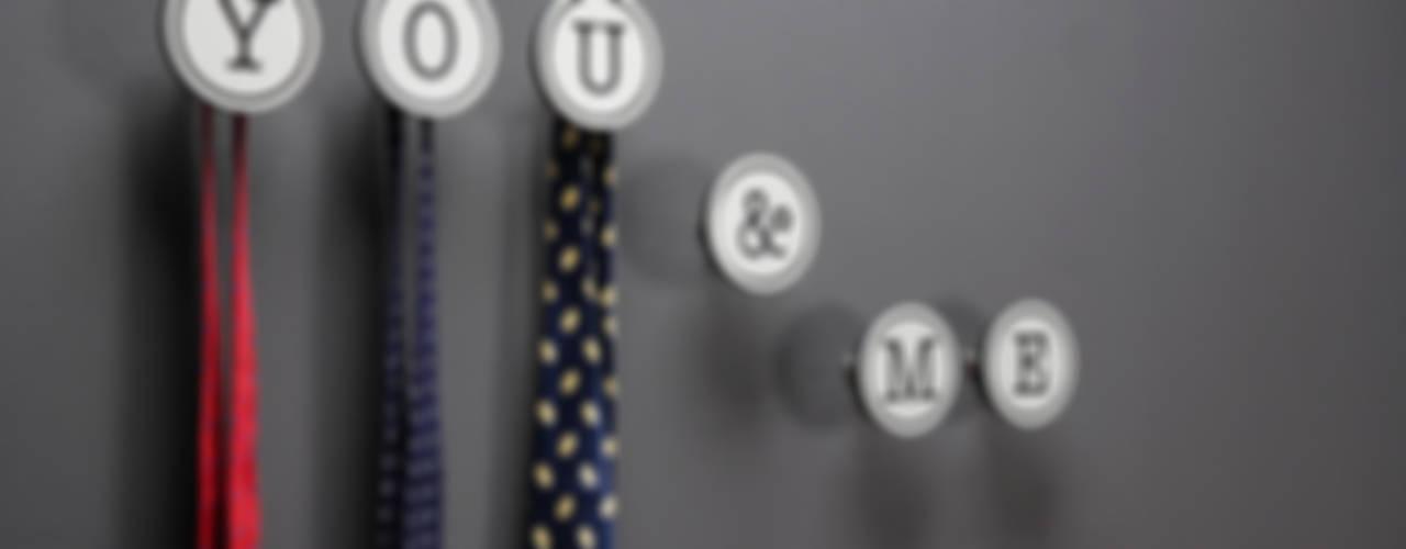Gancio Appendiabiti per lui & per lei: Art- Up Alphabet: Camera da letto in stile  di Creativando Srl