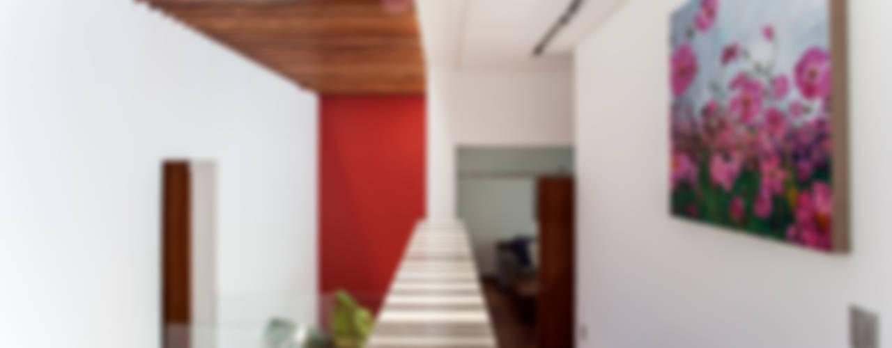 Pasillos, vestíbulos y escaleras de estilo ecléctico de Almazan y Arquitectos Asociados Ecléctico
