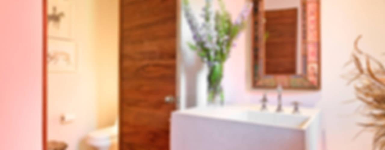 Casa las Moras : Baños de estilo  por Lopez Duplan Arquitectos, Moderno