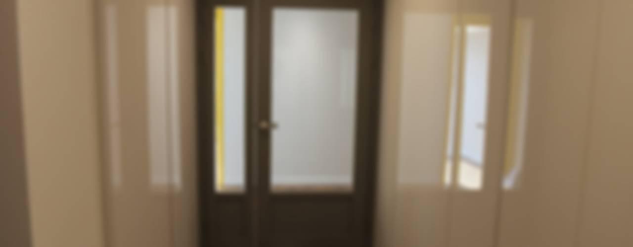 Corredores e halls de entrada  por 디자인세븐, Moderno