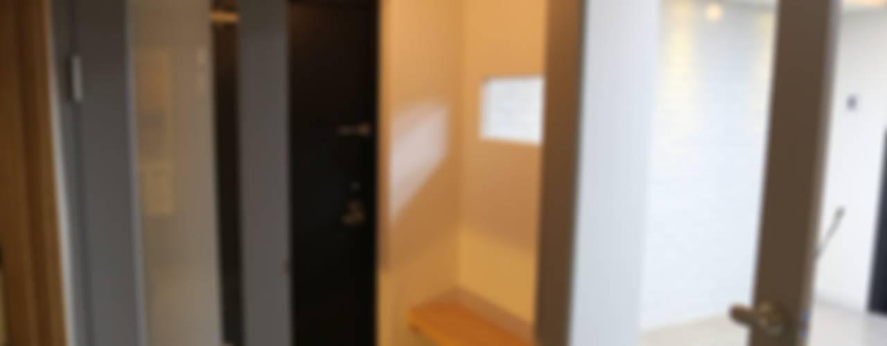 Couloir, entrée, escaliers industriels par 디자인세븐 Industriel