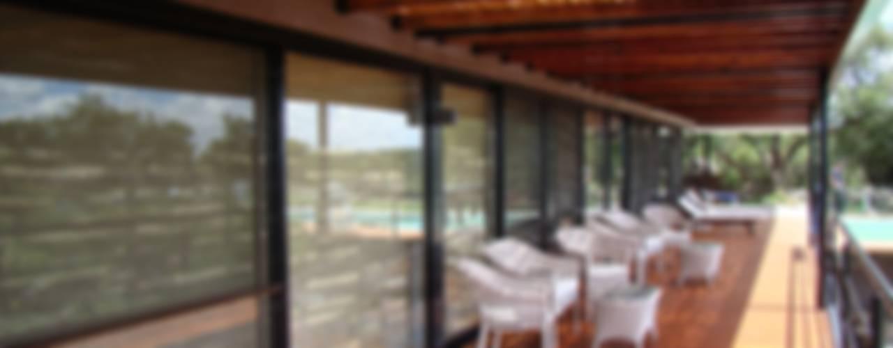 Port Ligat Balcones y terrazas modernos: Ideas, imágenes y decoración de Estudio Monica Fiore Moderno