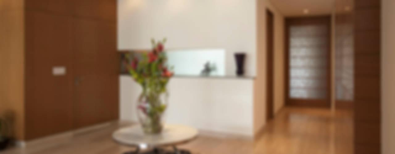 Pasillos y recibidores de estilo  por ARCO Arquitectura Contemporánea
