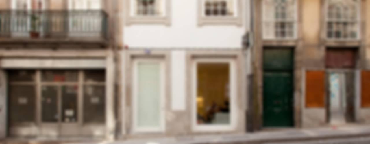 Porto Lounge Hostel: Casas  por aaph, arquitectos lda.
