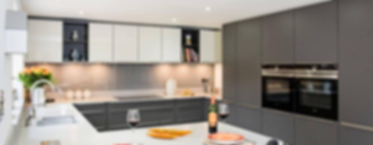 Mr & Mrs H, Kitchen, Byfleet Village, Surrey by Raycross Interiors Modern
