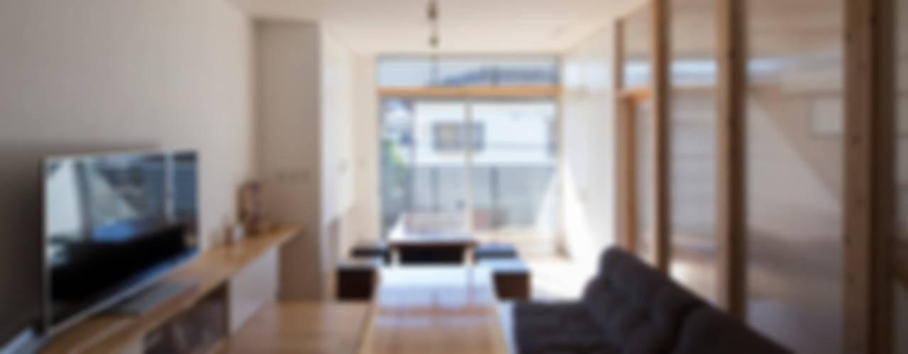 Livings de estilo moderno de I Live Architects/田辺弘幸建築設計事務所 Moderno