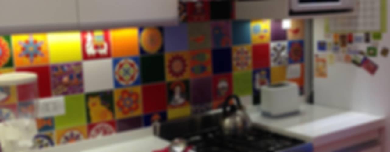 Cocinar en colores: Cocinas de estilo  por Arquitecta Fernanda Isola