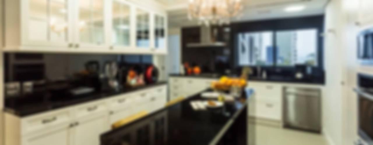 Kitchen by Flavia Guglielmi Arquitetura, Classic