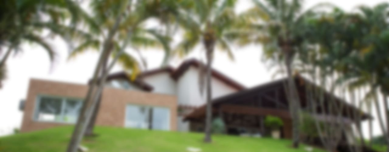 Tropical style houses by Cabral Arquitetura Ltda. Tropical