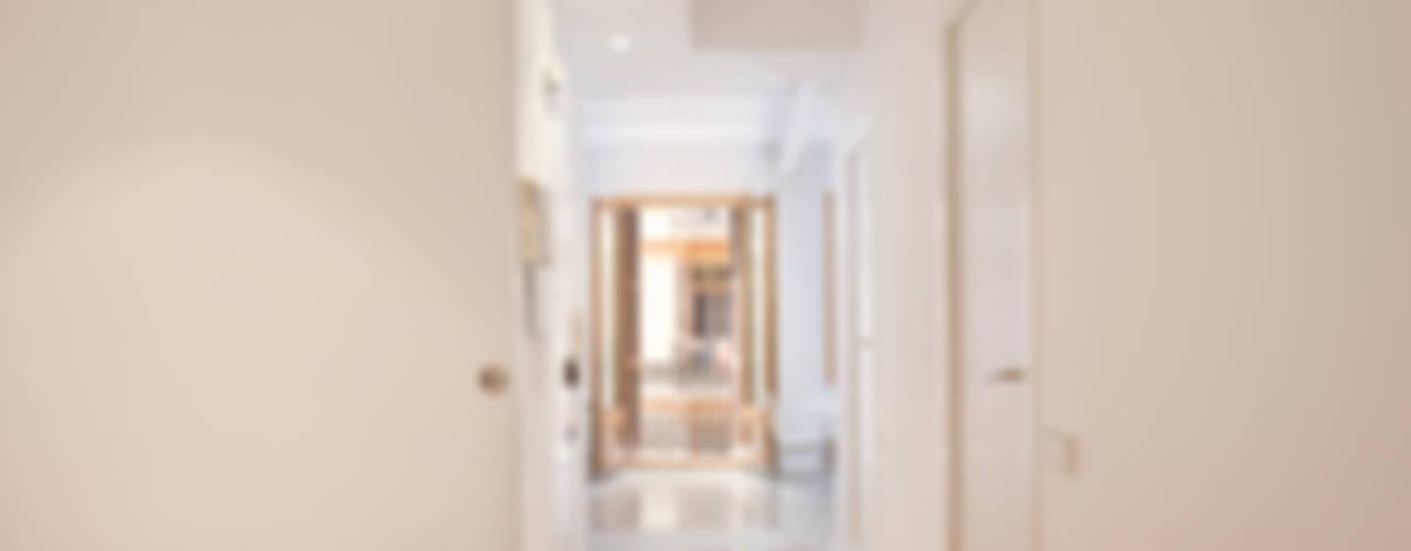 Ingresso, Corridoio & Scale in stile moderno di OAK 2000 Moderno