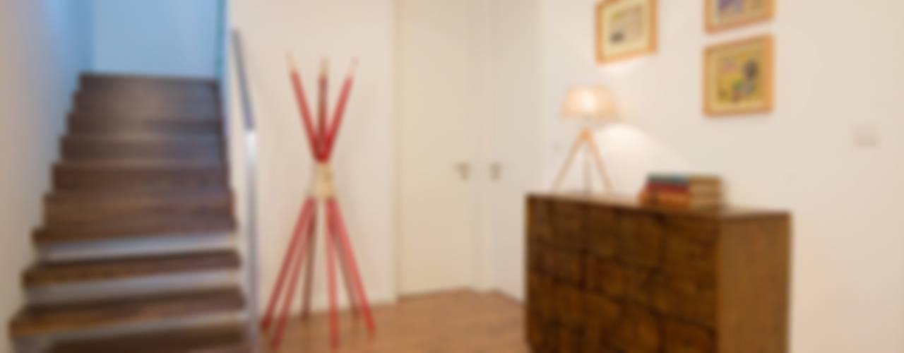 Pasillos, vestíbulos y escaleras minimalistas de MH PROJECT Minimalista